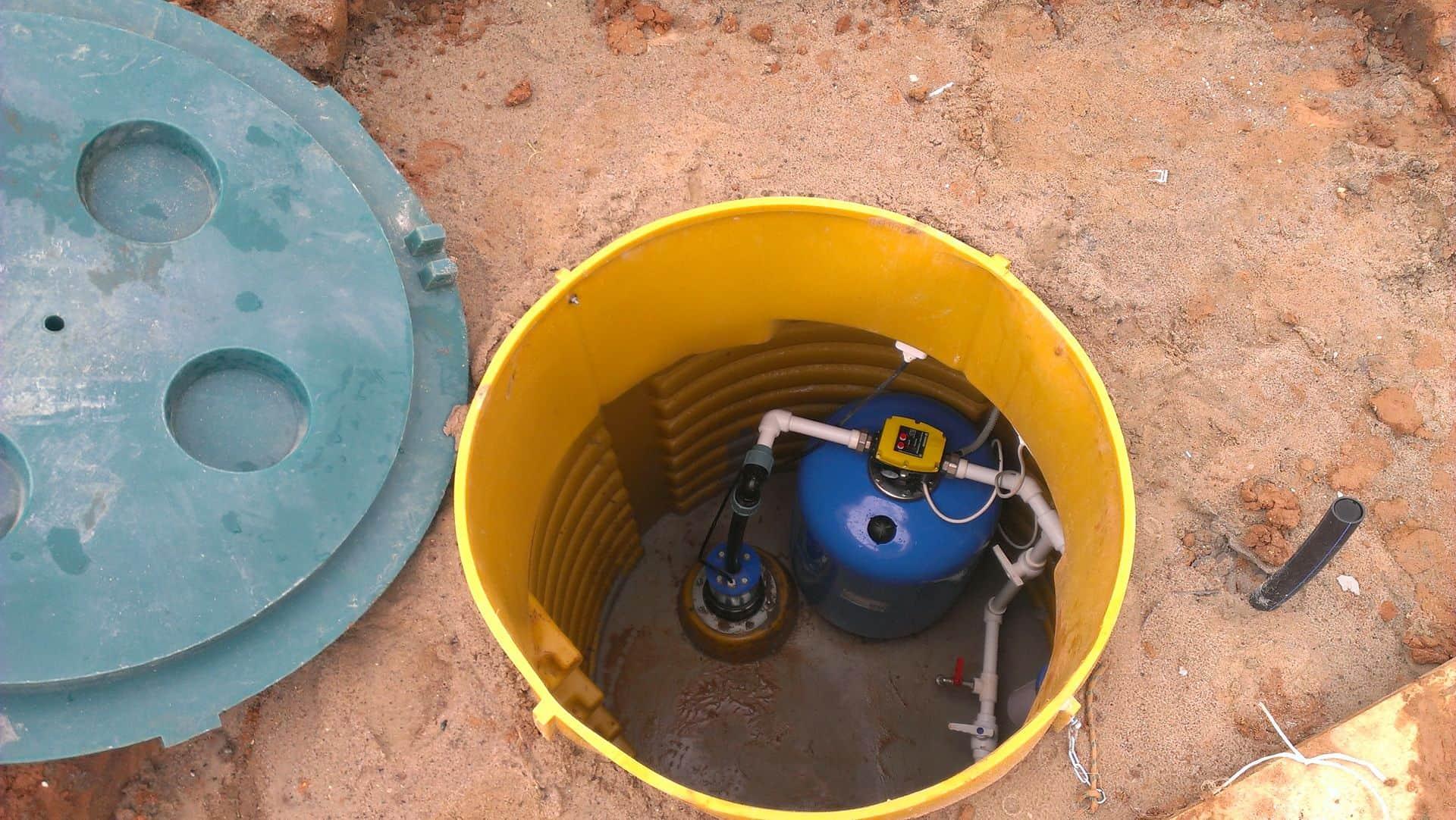 Монтаж пластикового кессона для скважин и его преимущества