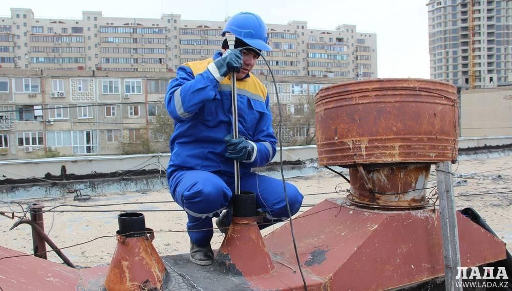 Как ставят заглушки на канализацию должникам коммунальных услуг