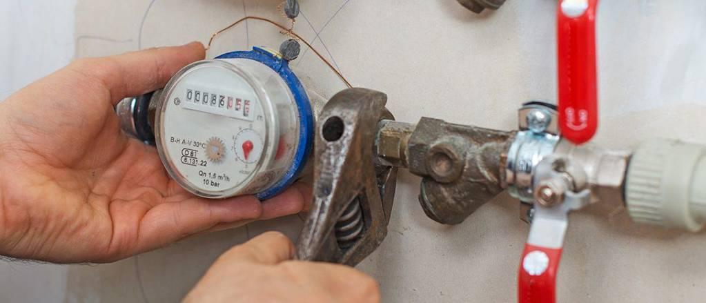 Что делать, если сломался счетчик горячей или холодной воды: порядок действий и правила поведения, права пострадавшего и обязанности управляющей компании, законы