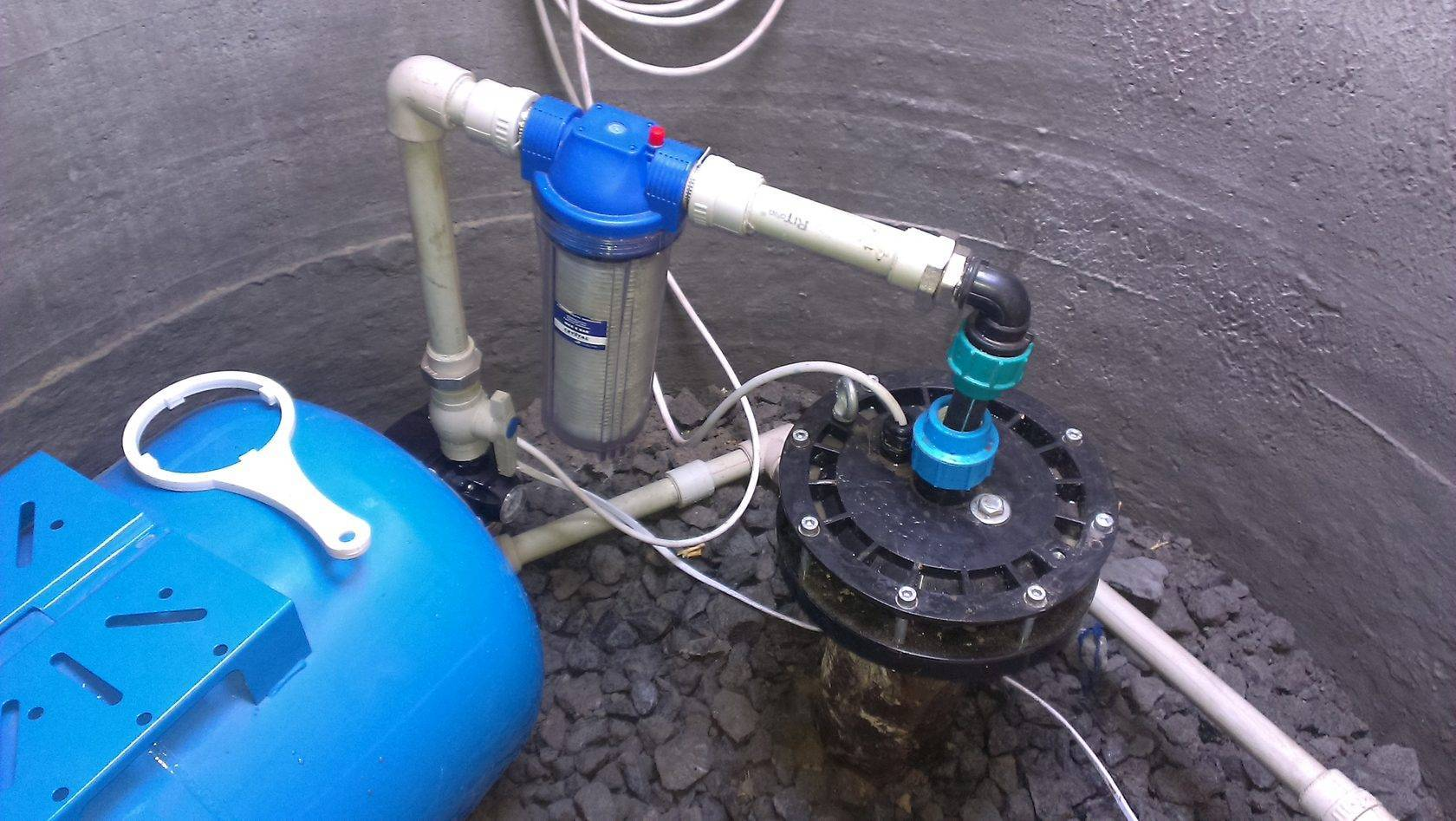 Водоснабжение частного дома из скважины: схема системы, устройство скважины для воды, ввод воды в дом, оборудование в загородном доме, подача воды