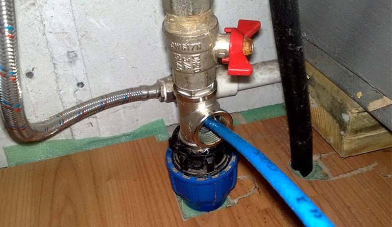 Как разморозить трубу с водой: под землей, в частном доме, на улице