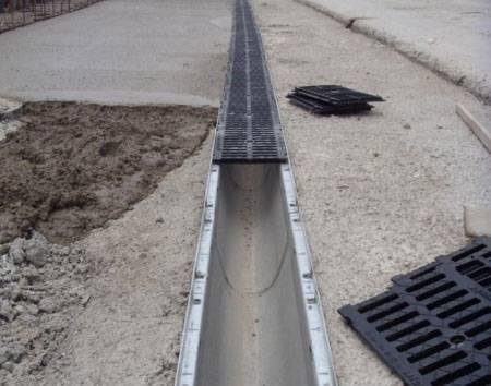 Разновидности и монтаж бетонных водоотводных лотков