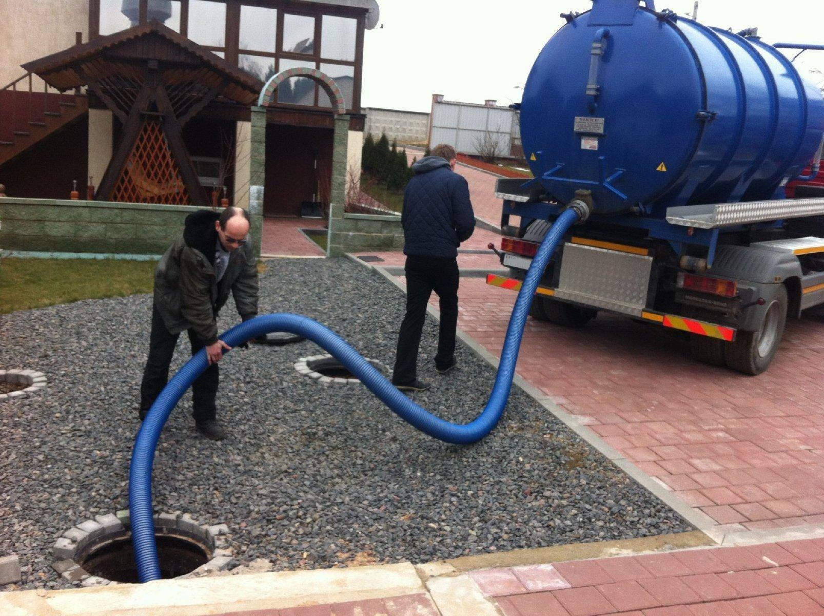 Откачка канализации в частном доме: сколько стоит и как выкачать