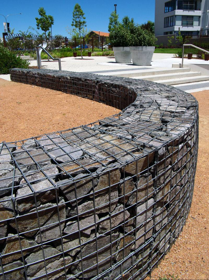 Забор из камней в сетке