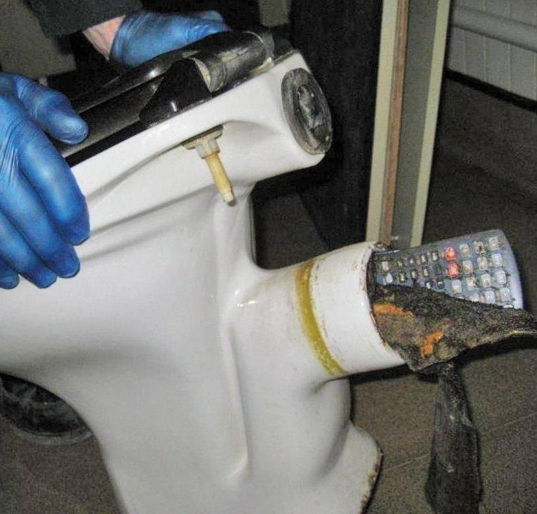 Как прочистить засор унитаза в домашних условиях: тросом, вантузом