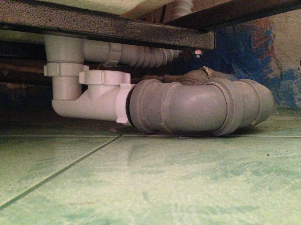 Как устранить неприятный запах из канализации в ванной и туалете
