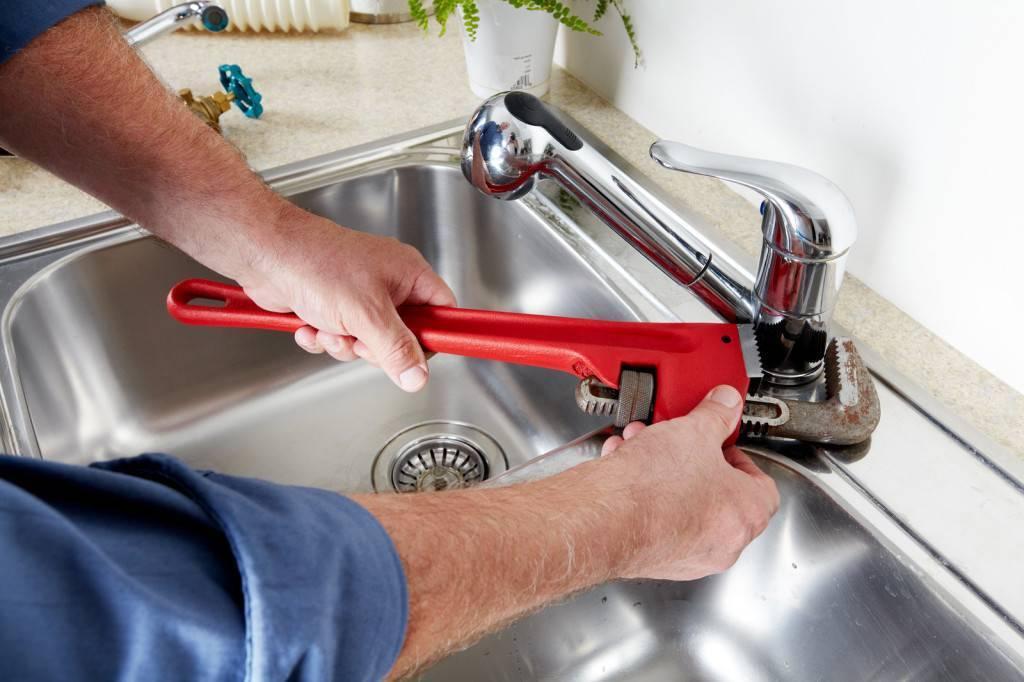 Как поменять смеситель в ванной своими руками: пошаговая инструкция