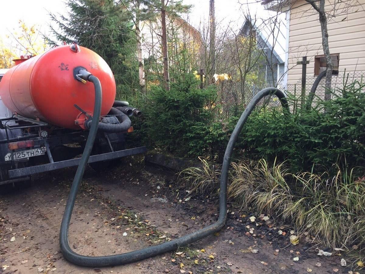 Способы откачки канализации в частном доме при помощи ассенизаторской машины и самостоятельно