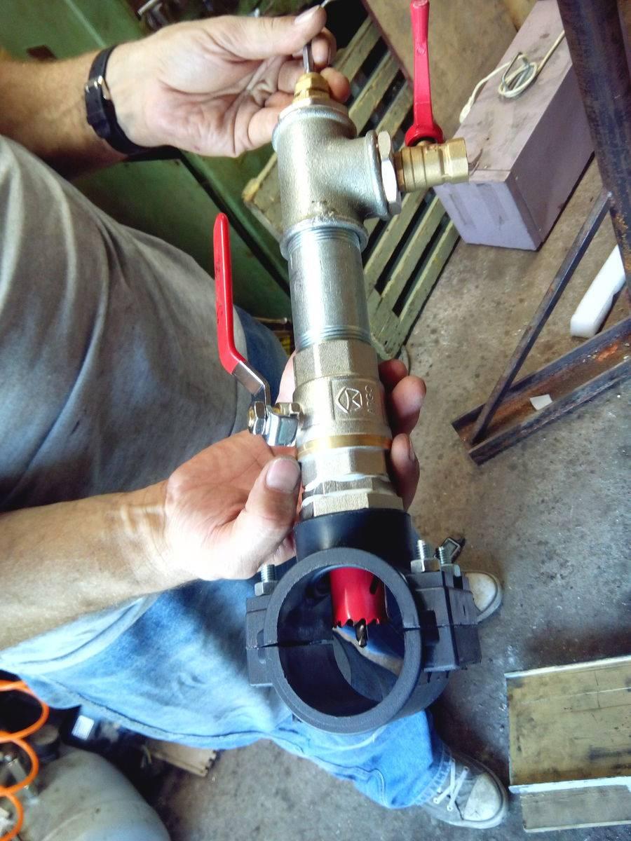 Как произвести врезку в трубу водопровода под давлением