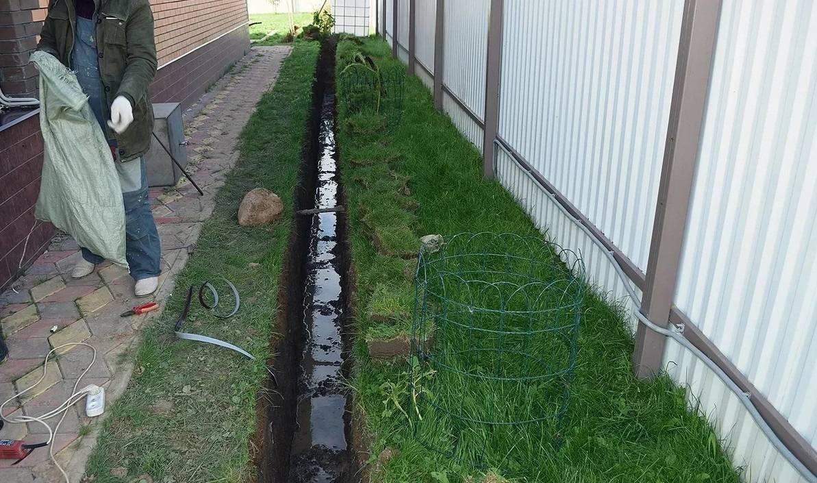 На какую глубину закапывать водопроводную трубу в частном доме: размер траншеи