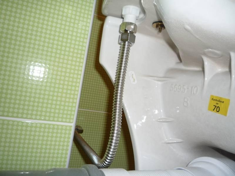 Гибкая дешевле, жесткая - надежней. какую подводку для унитаза и смесителя советуют сантехники?