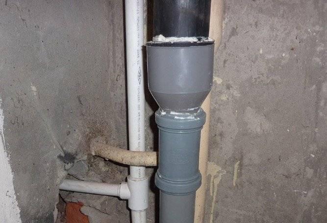 Инструкция как правильно выполнить соединение пластиковой канализационной трубы с чугунной: порядок работ, способы с манжетой, пресс-фитингом, зачеканкой