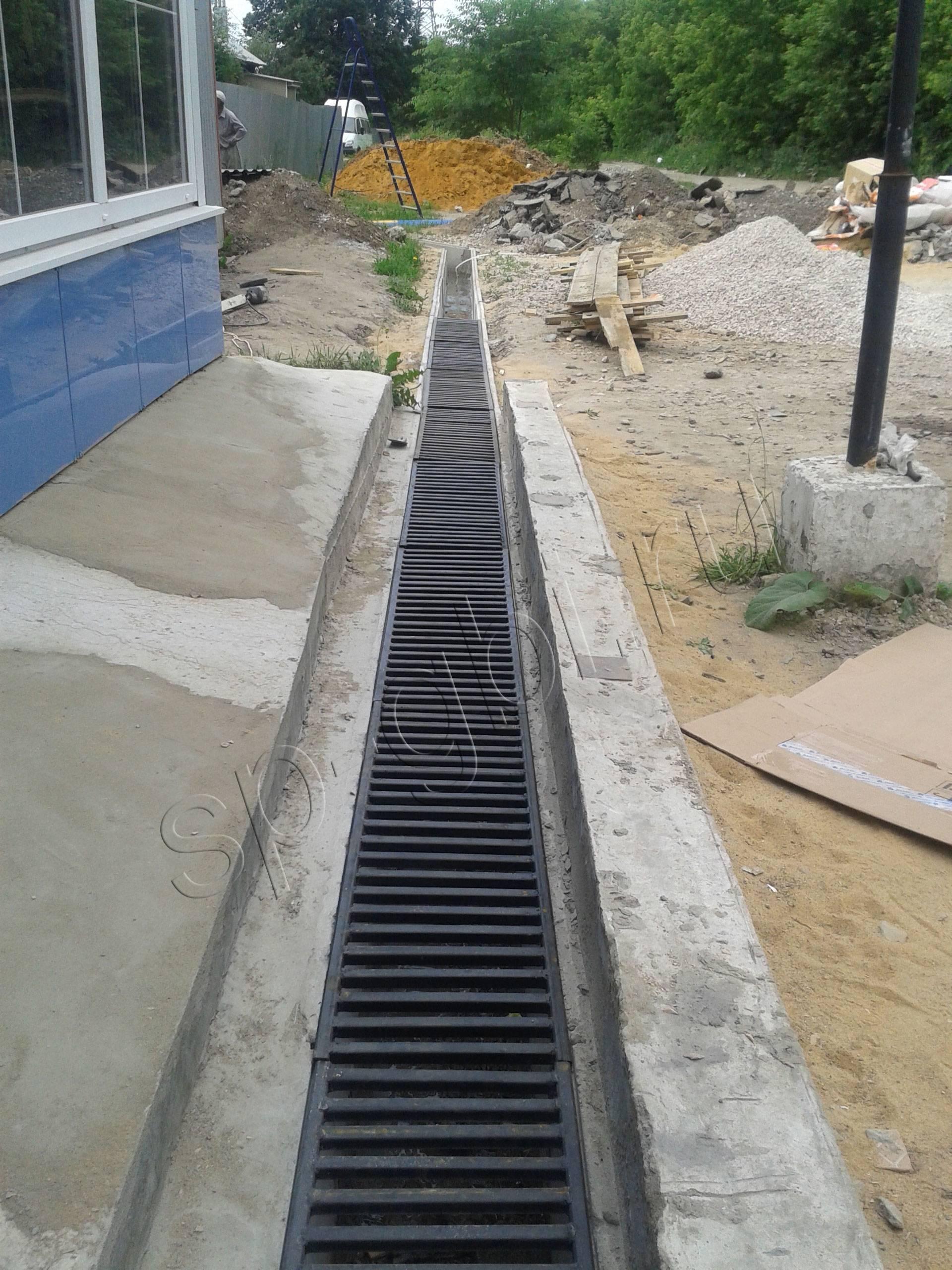 Водоотводные бетонные лотки: варианты и особенности установки