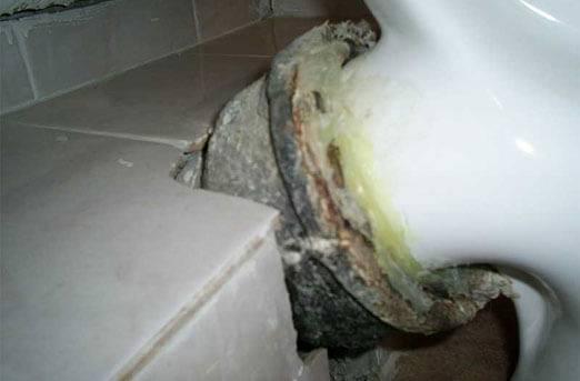 Запах канализации в ванной: нюансы, причины и способы устранения