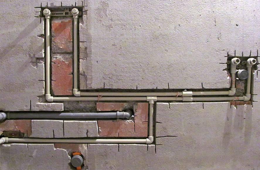 Как правильно спрятать канализационные и водопроводные трубы в ванной комнате: чем закрыть под плитку, как убрать в стену, фото