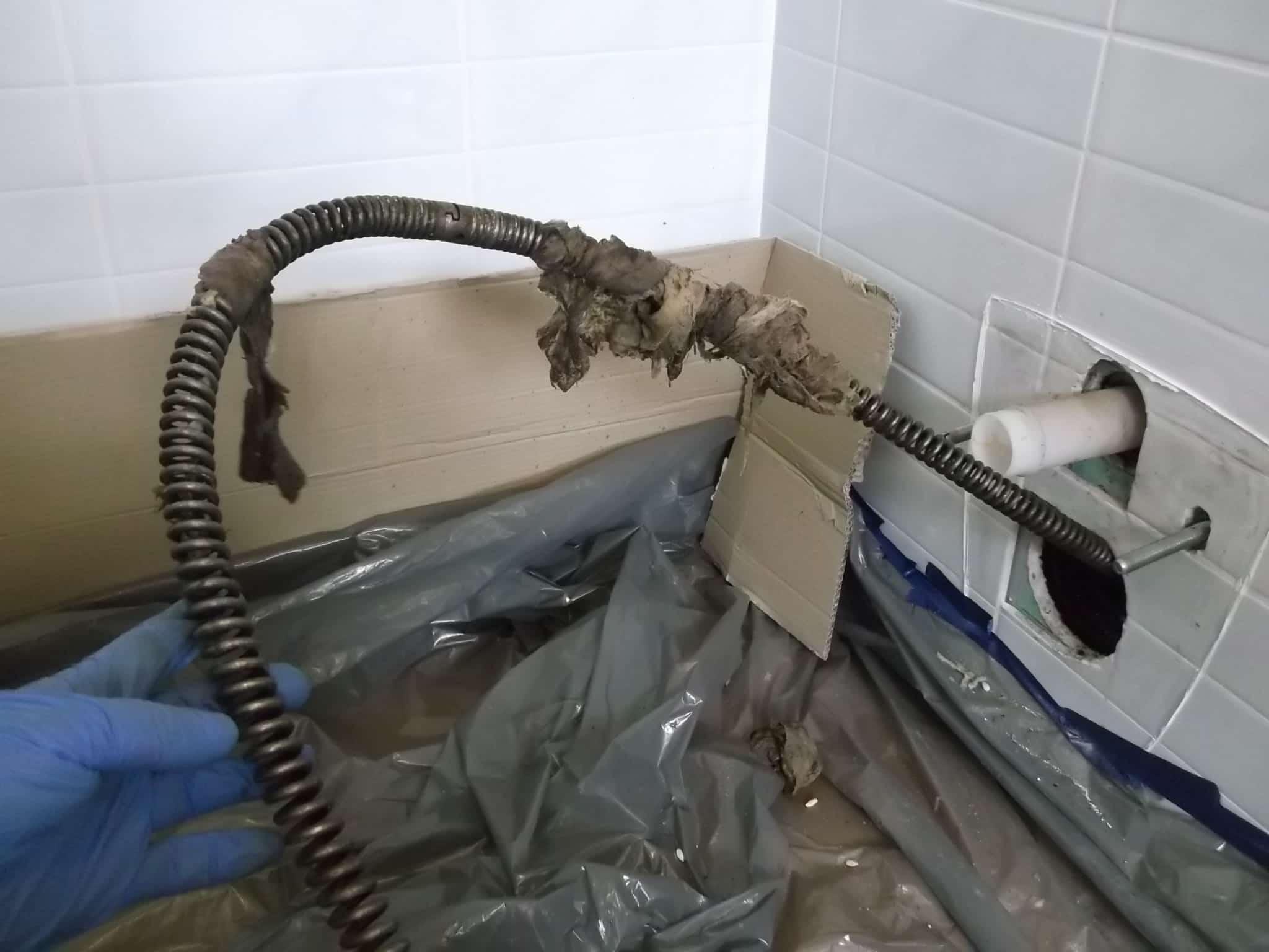 Засор в ванной: методы устранения