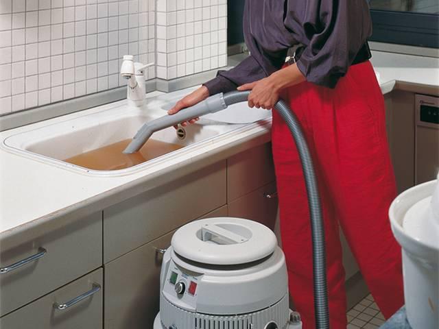 Как прочистить засор в ванной: методы устранения и профилактика