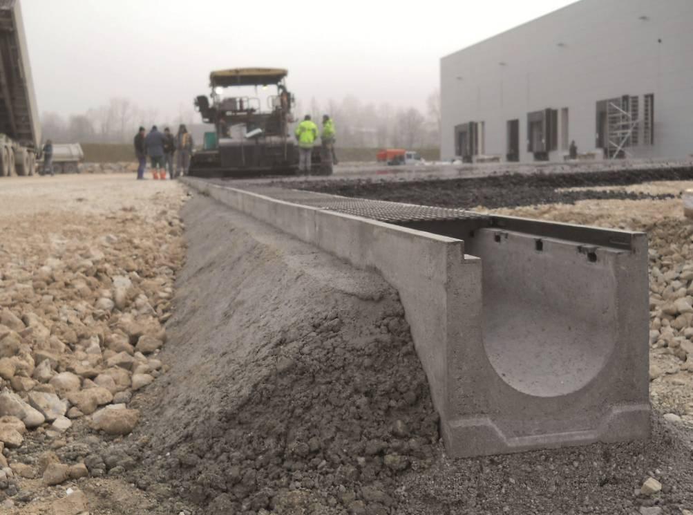 Лоток водоотводный бетонный с решеткой и без нее, типы и характеристики и монтаж