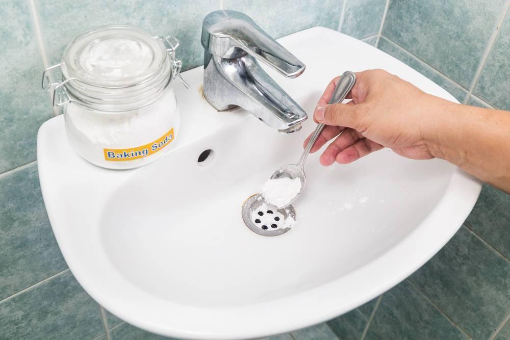 Способы прочистить засоры в ванной в домашних условиях: народные средства, причины засоров и профилактика