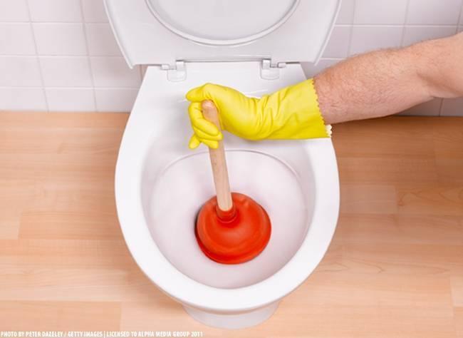 Как прочистить унитаз от засора: эффективные методы, средства чистки в домашних условиях