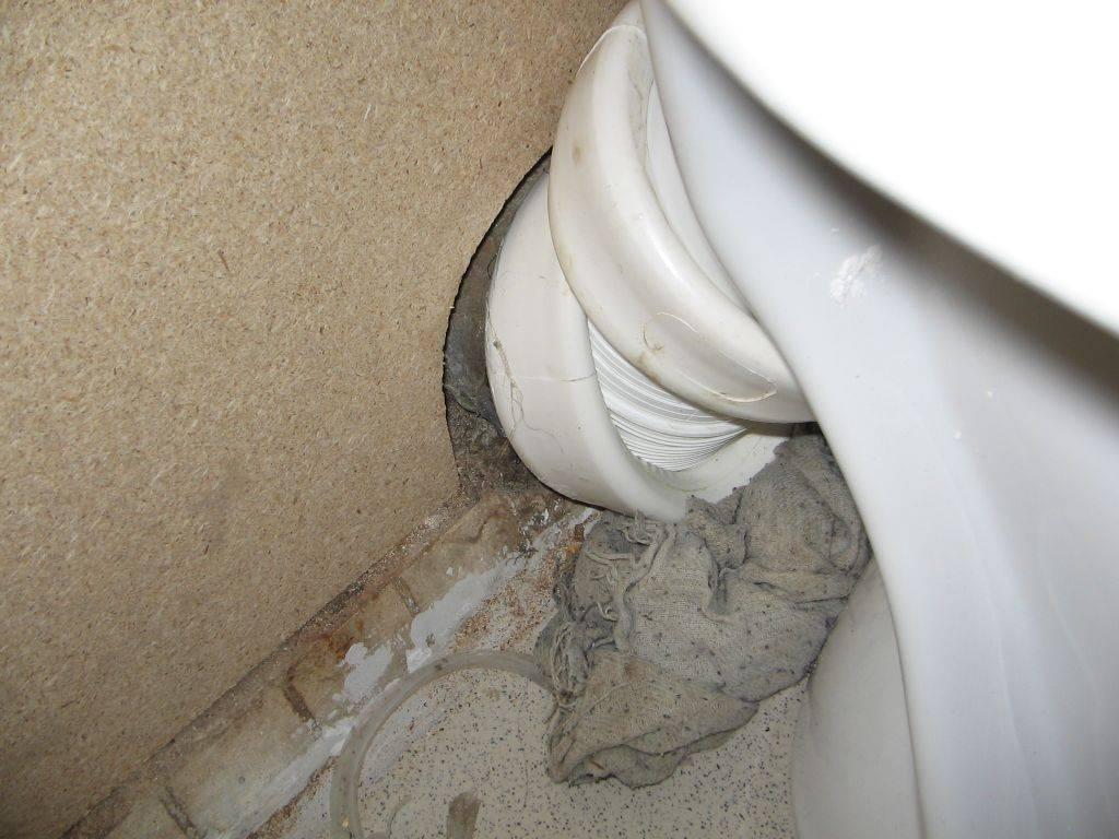 Запах канализации в туалете: почему возникает, как избавиться?
