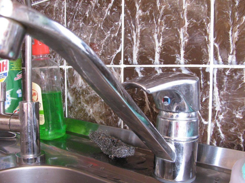 почему шумит кран при включении на кухне: причины, методы устранения
