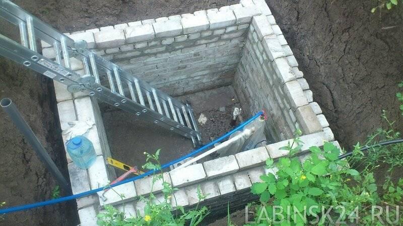 Как построить дачный туалет из кирпича своими руками. поэтапные фотографии строительства кирпичного туалета