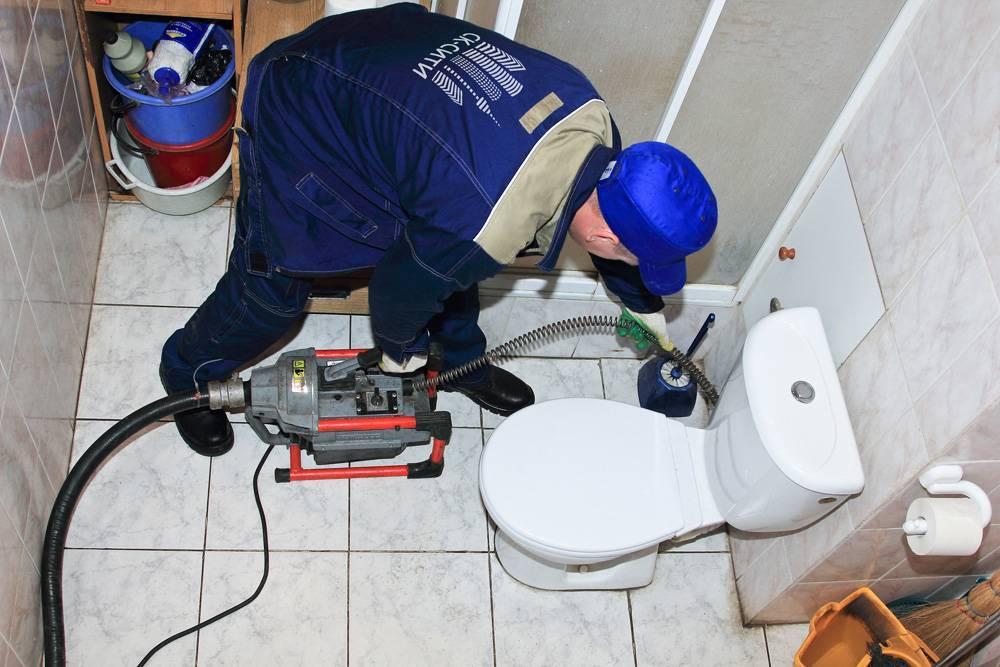 Как прочистить канализацию в частном доме и квартире своими руками